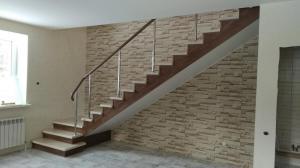 Лестница на металлокаркасе двухцветная